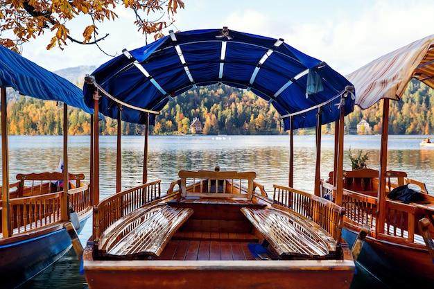 Traditionele houten boten op het meer van bled slovenië prachtig uitzicht op het meer van bled