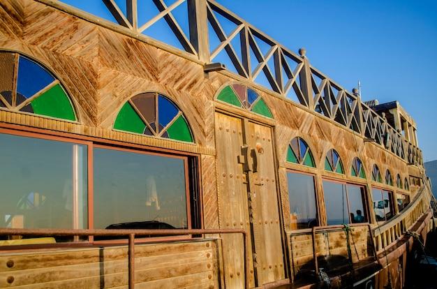 Traditionele houten dhowcruise over de kreek met een mening van horizon van wakra