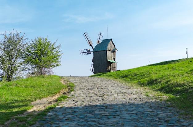 Traditionele houten windmolen in oekraïne, pyrogovo, kiev