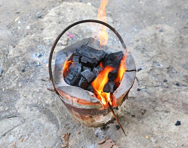 Traditionele houtskool brandende kachel