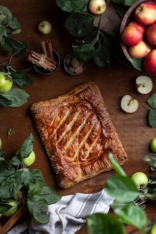 Traditionele huisgemaakte appel met bladerdeegtaart met gemberomzet