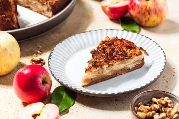 Traditionele huisgemaakte appeltaart in de stijl van clafoutis