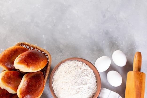 Traditionele huisgemaakte taarten met vulling. taarten met kool. russische piroshki (pasteitjes). plaats voor tekst. kopieer ruimte.