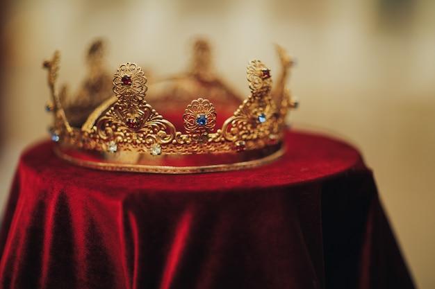 Traditionele huwelijkskronen in een kerk. bruiloft kroon accessoire