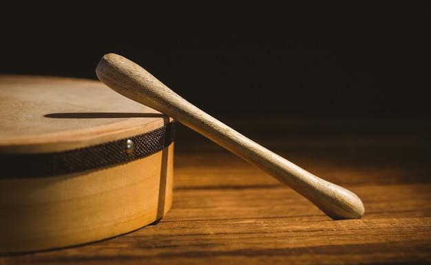 Traditionele ierse bodhran en stok