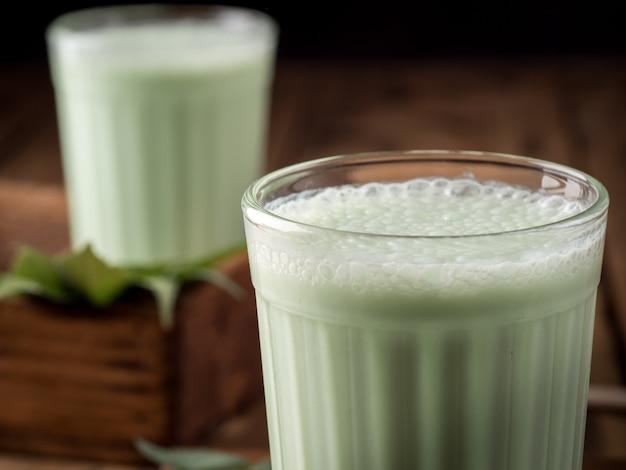 Traditionele indiase drank bhang lassi, met hennepbladeren.