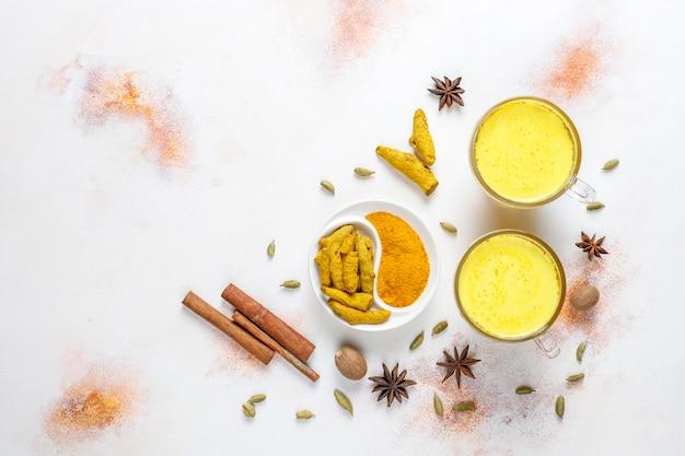 Traditionele indiase drank kurkuma gouden melk.