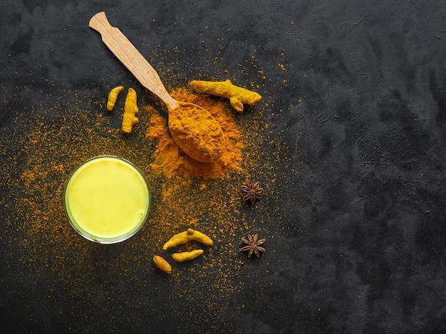 Traditionele indiase drank kurkuma gouden melk