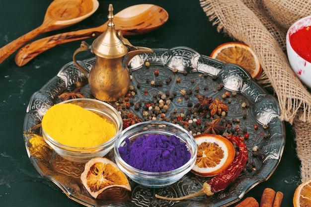 Traditionele indiase holi kleuren poeder, kruiden op donkere rustieke
