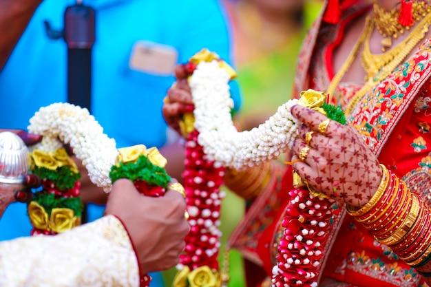 Traditionele indiase huwelijksceremonie, bruidegom en bruid hand