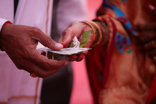 Traditionele indiase huwelijksceremonie, bruidegom hand