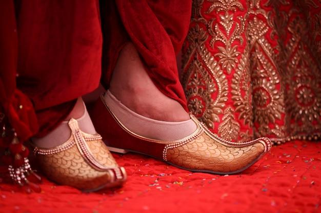 Traditionele indiase huwelijksceremonie: bruidegom trouwschoenen