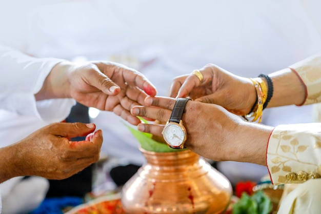 Traditionele indiase huwelijksceremonie, kijk in de hand van de bruidegom