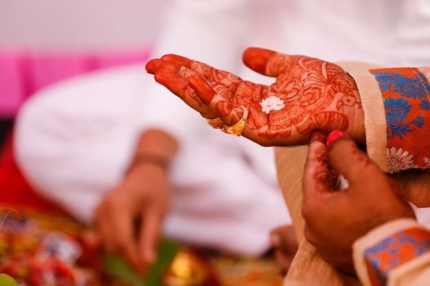 Traditionele indische de bruidegomhand van de huwelijksceremonie