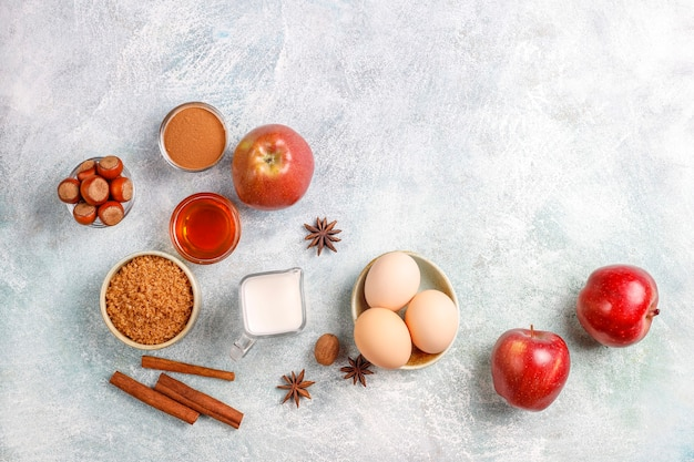 Traditionele ingrediënten voor het bakken van de herfst: appels, kaneel, noten.