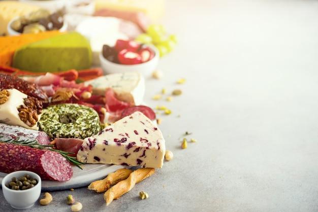 Traditionele italiaanse antipasto, snijplank met salami, koud gerookt vlees