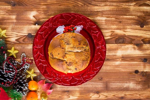 Traditionele italiaanse cake met chocolade en verschillende kerstdecoraties,