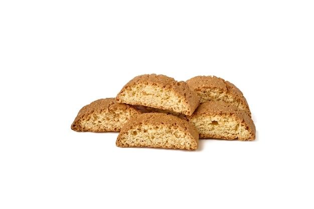 Traditionele italiaanse cantuccini cookie geïsoleerd op een witte achtergrond close-up