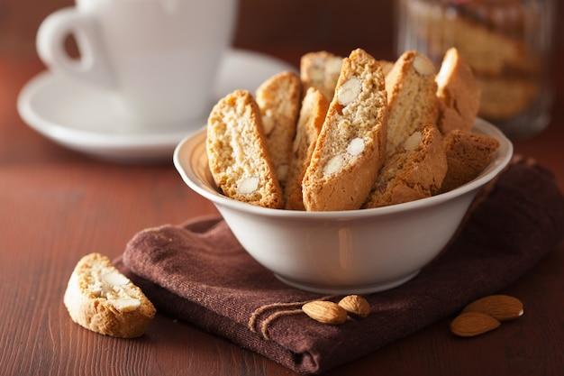 Traditionele italiaanse cantuccinikoekjes en koffie