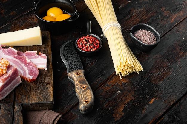 Traditionele italiaanse carbonara-ingrediënten. spek spaghetti
