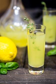 Traditionele italiaanse citroenlikeur limoncello en verse citruscitroen. alcoholische drank.