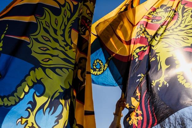 Traditionele italiaanse dans van de vlaggenzwaaiende sbandieratori die stunts doen en hun kleurrijke vlaggen in de lucht gooien.