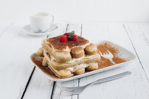 Traditionele italiaanse dessert eigengemaakte tiramisu met verse frambozen
