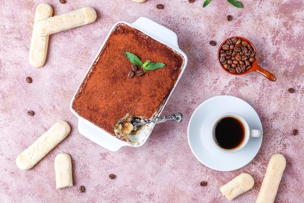 Traditionele italiaanse desserttiramisu in ceramische plaat