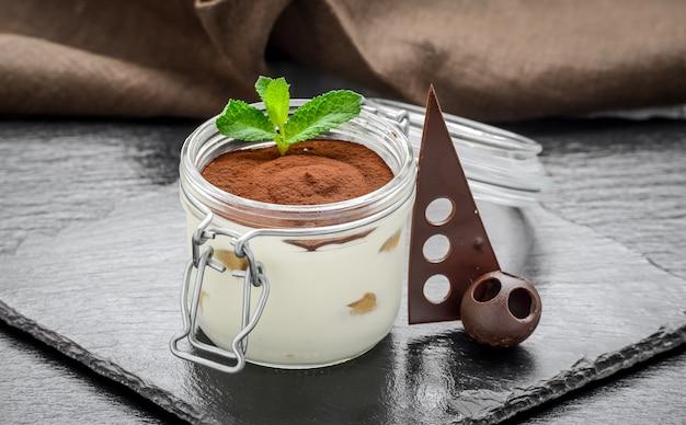Traditionele italiaanse desserttiramisu in een glas.