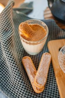 Traditionele italiaanse desserttiramisu in een glas