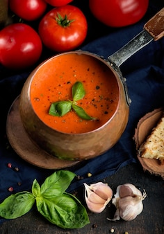 Traditionele italiaanse gazpacho van tomatensoep met basilicum.