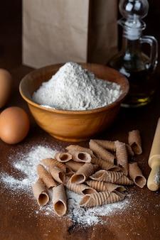 Traditionele italiaanse handgemaakte garganellipasta van speltmeel