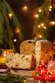 Traditionele italiaanse kerstcake panettone met feestelijke decoraties