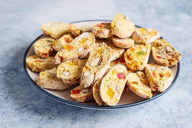 Traditionele italiaanse koekjesbiscotti met amandel en droog fruit