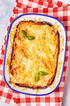 Traditionele italiaanse lasagne met groenten, gehakt en kaas, bovenaanzicht, kopie ruimte.