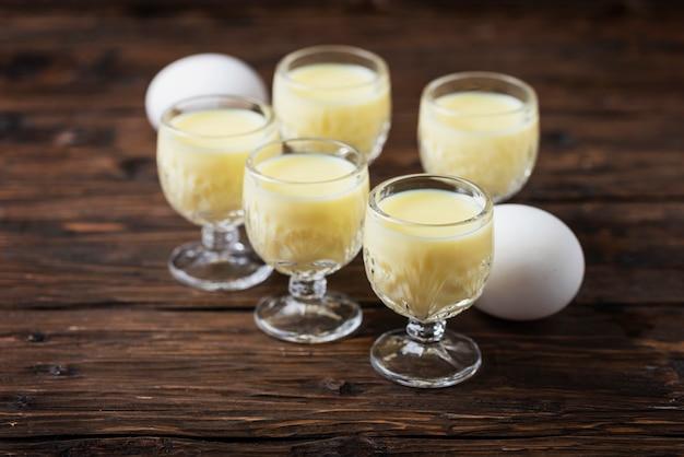 Traditionele italiaanse likeur vov met eieren