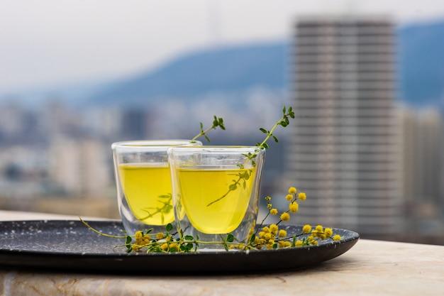 Traditionele italiaanse limoncello van de citroenalcoholdrank