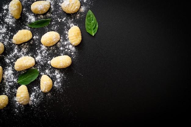 Traditionele italiaanse ongekookte gnocchideegwaren - italiaanse voedselstijl
