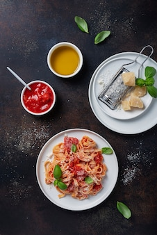 Traditionele italiaanse pasta met tomaat, basilicum en parmezaanse kaas
