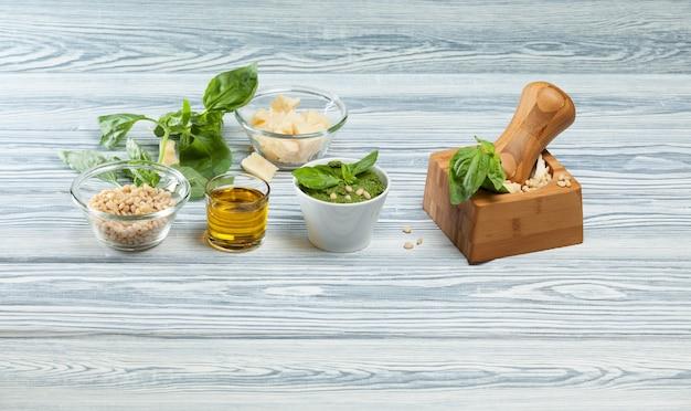 Traditionele italiaanse pestosaus met basilicum. mortel en ingrediënten.