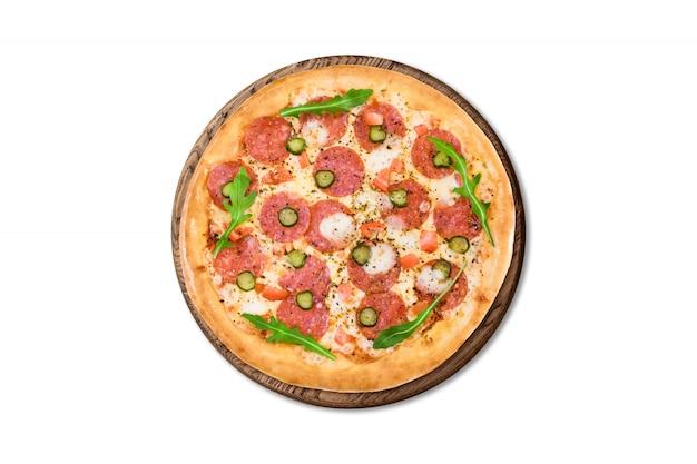 Traditionele italiaanse pizzapeperoni op houten die raad op witte achtergrond voor menu wordt geïsoleerd