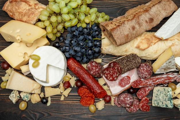 Traditionele italiaanse producten met salami, kaas, brood en fruit