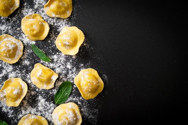 Traditionele italiaanse ravioli pasta. italiaanse eetstijl