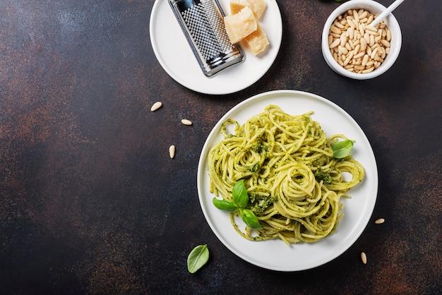 Traditionele italiaanse spaghetti met basilicum