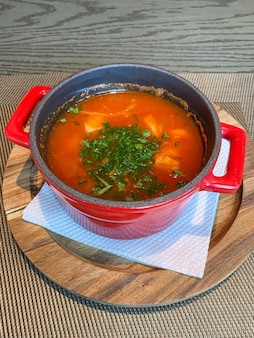 Traditionele italiaanse tomatensoep met zeevruchten, kruiden en specerijen. detailopname