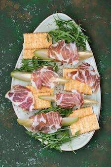 Traditionele italiaanse voorgerecht prosciutto met verse meloen