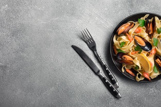 Traditionele italiaanse zeevruchten pasta met mosselen spaghetti alle vongole op stenen achtergrond