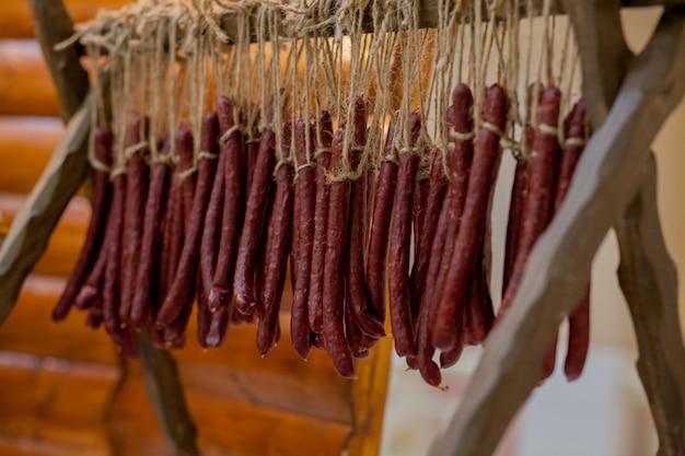 Traditionele jachtworsten op de tafel. familiebijeenkomst voor het bewaren van voedsel, varkensvlees en wild van een lokale jager.