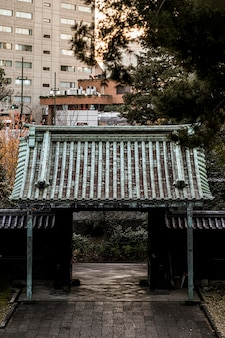Traditionele japanse houten poort bij tempelcomplex