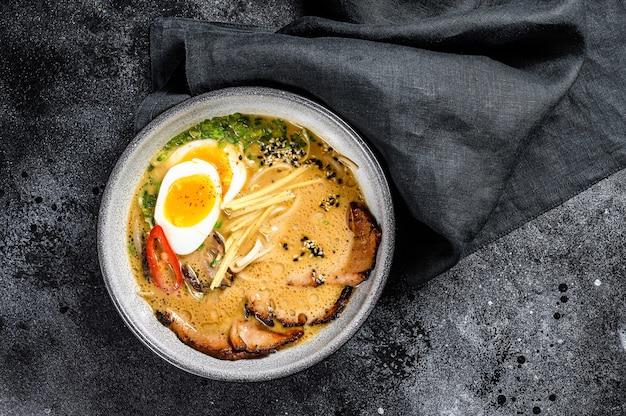 Traditionele japanse soep ramen met aziatische noedels van vleesbouillon